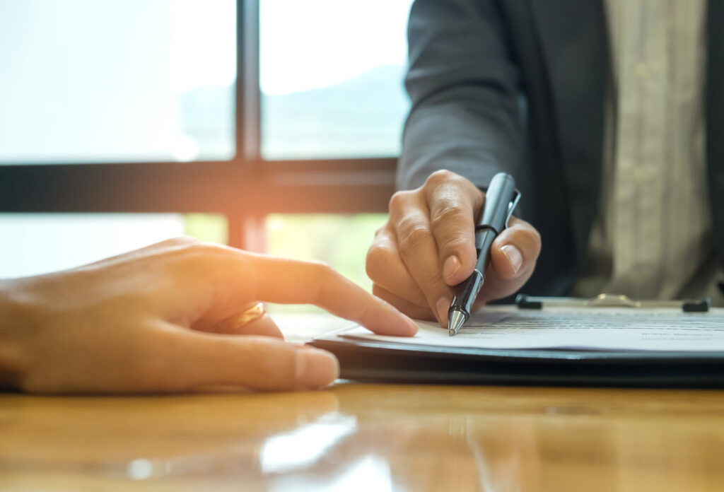 ITALIAN COMPANY REGISTRATION NUMBER   Business men signing important documents